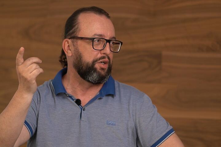 """Октай Искендеров. Кадр из видео """"Рабочая группа"""""""