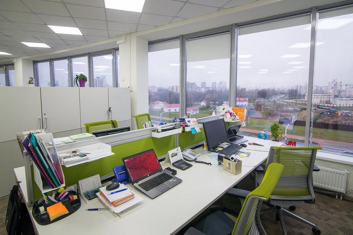ФОТО: «Качалки», кухни и open-space. Как используют одно и то же пространство в разных офисах