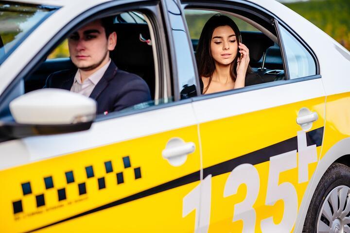 ФОТО: Почему компании пересаживаются на такси? Сравниваем с расходами на служебный транспорт