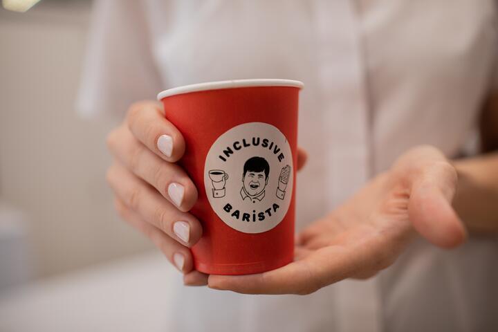 ФОТО: Теперь и в Бресте: первая безбарьерная кофейня «Инклюзивный бариста в А1» открылась в регионах