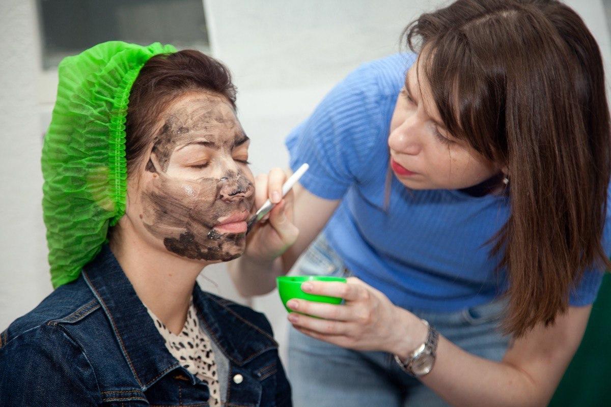 Тестирование косметики на друзьях. Фото из личного архива Ольги Луковецкой