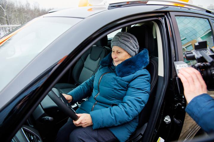 Новый автомобиль очень понравился счастливой владелице Валентине Древило