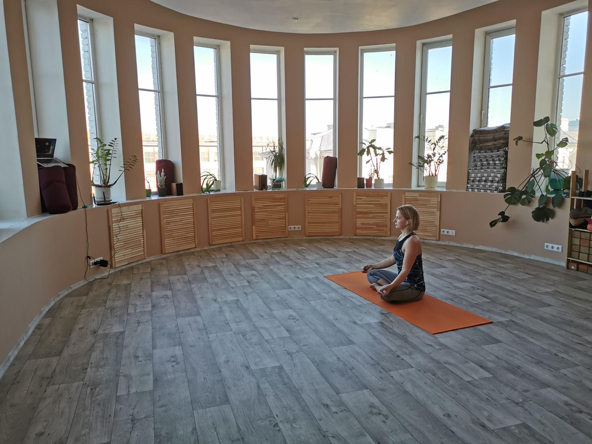 Онлайн-занятие по йоге. Фото из архива Арсения Белого