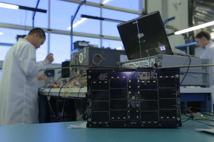 Так выглядит спутник Astro Digital: его вес всего 10кг, аразмер— собувную коробку. Фото ссайта astrodigital.com