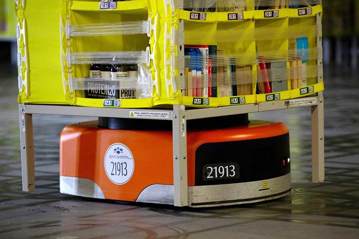 Фото с сайтаАвтоматизированный транспортный робот перемещает товары