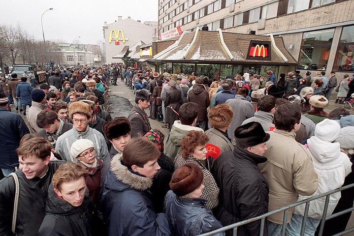 Источник: AP. Очередь у входа в «Макдоналдс», 31 января 1990 года