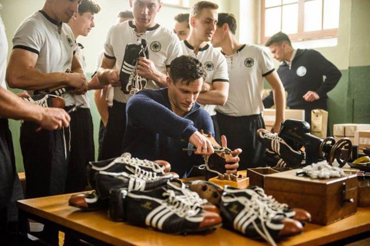 Кадр из фильма «Дуэль братьев. История Adidas и Puma», реж. Оливер Домменгет