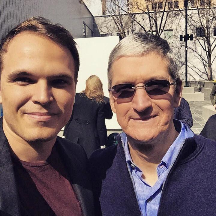 Денис Жаданов и Тим Кук. Фото с личной страницы Дениса в Facebook