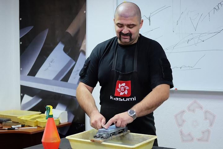 Бренд-заточник Kasumi Беларусь Демис Жардецкий во время мастер-класса по заточке японских ножей