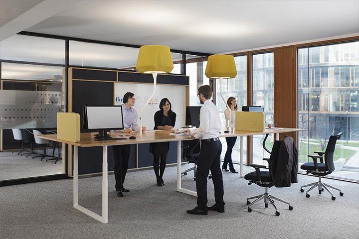Использование столов с электронной регулировкой высоты в офисе банка Erste в Вене.