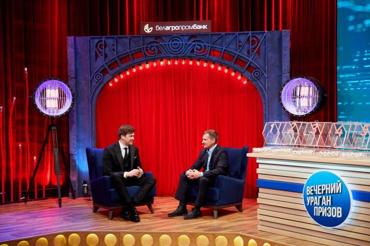 Традиционно в студии «Вечерний ураган призов» ведущий шоу Георгий Колдун проводит интервью с победителями рекламных игр Белагропромбанка