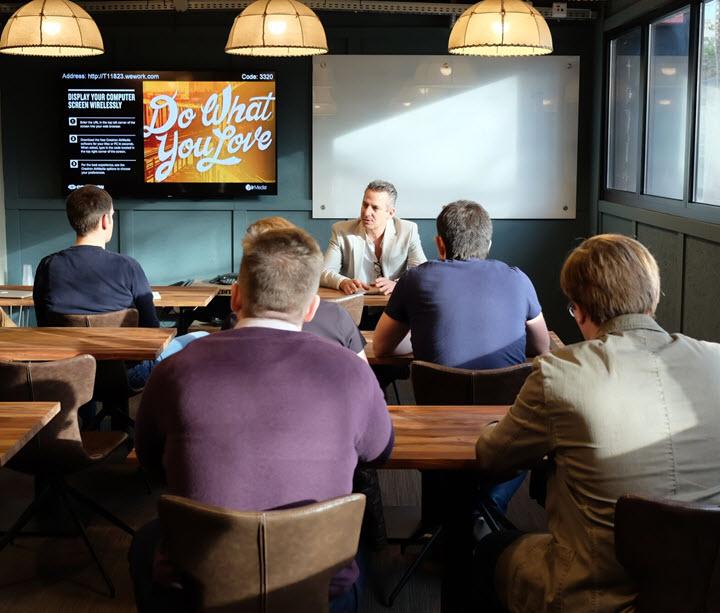 Группа белорусских предпринимателей в коворкинге WeWork в Тель-Авиве