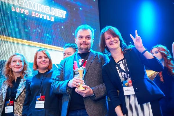 Директор по обучению Wargaming Юрий Шиляев во время награждения победителей «Премии HR-бренд 2014»