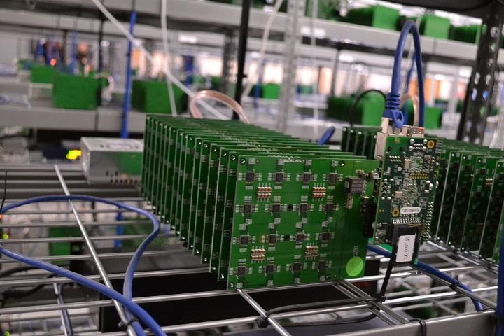 Фото с сайта cdn.arstechnica.net bitcoin-rig