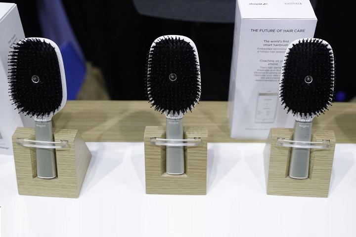 Умная расческа Hair Coach, в которой есть модули Wi-Fi и Bluetooth, гироскоп, микрофон, акселерометр, датчик давления и т.д. Фото John Locher. AP