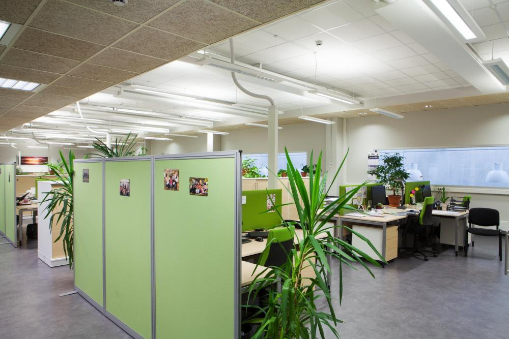 Офис компании ABB в Таллине с использованием звукопоглощающих перегородок и систем зонирования.
