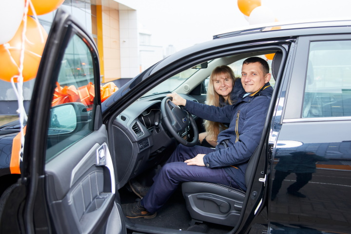 Дмитрий Боровой с супругой Натальей собирали деньги на машину и неожиданно выиграли новый кроссовер Geely Emgrand X7