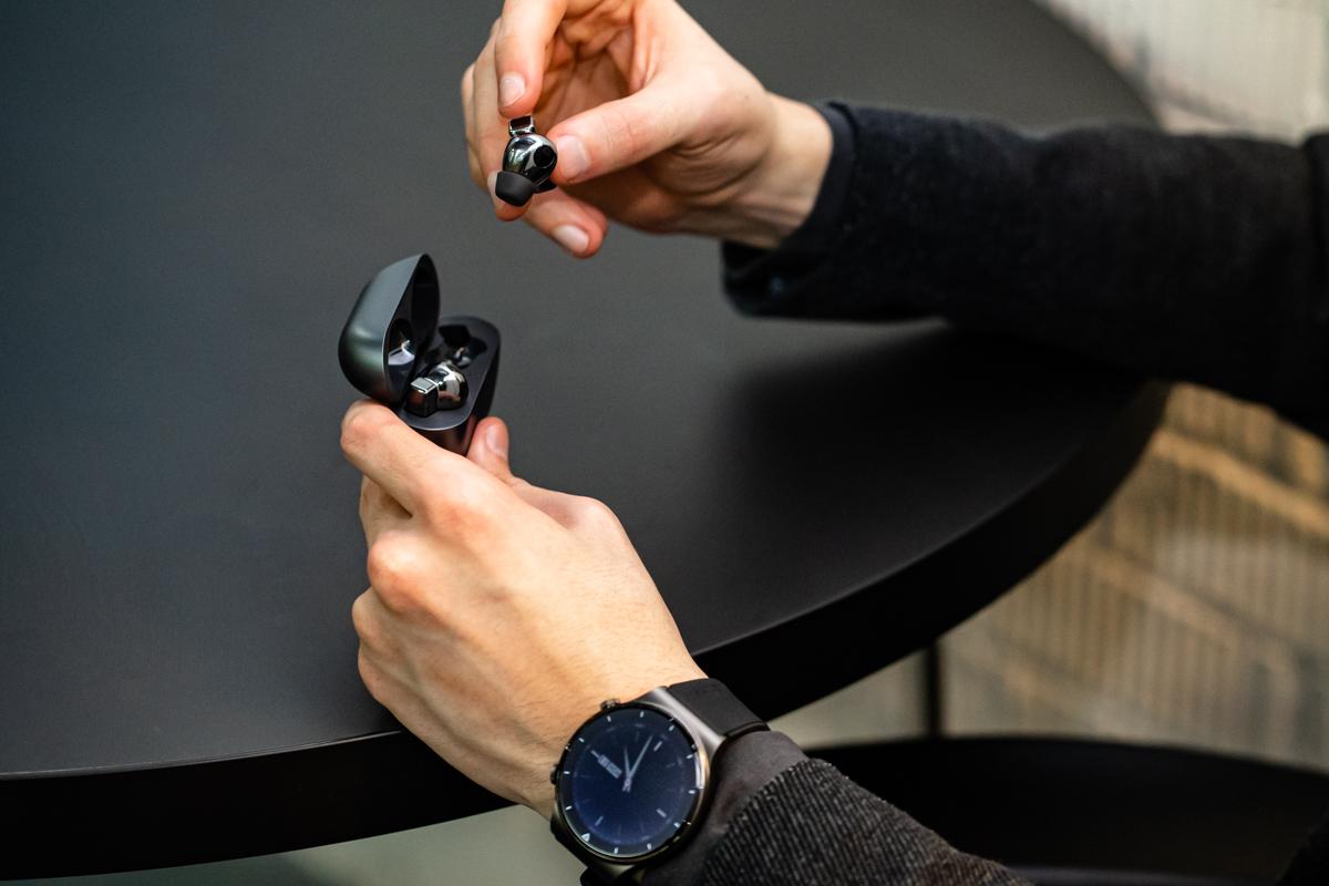 Среди преимуществ HUAWEI FreeBuds Pro — режим усиления голоса, одновременное подключение к двум устройствам и продолжительность работы: при отключенном шумоподавлении одна зарядка позволяет использовать наушники до 7 часов в режиме прослушивания музыки и