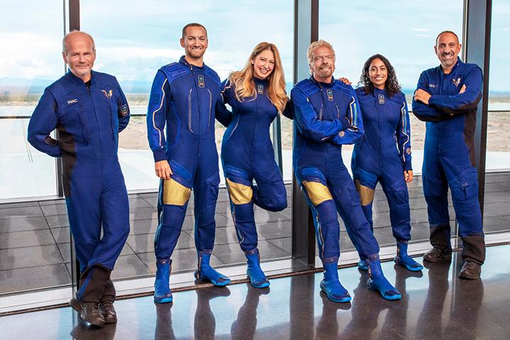 Ричард Брэнсон (третий справа), пилоты и сотрудники Virgin Galactic перед полетом. Источник: Engadget