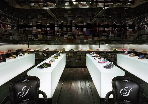 Интерьер специализированного обувного магазина. Фото с сайта bizidei.ru