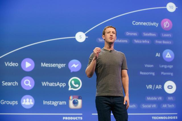 Марк Цукерберг рассказывает о возможностях чат-ботов во время выступления на конференции F8 Facebook. Фото с сайта motherboard.vice.com