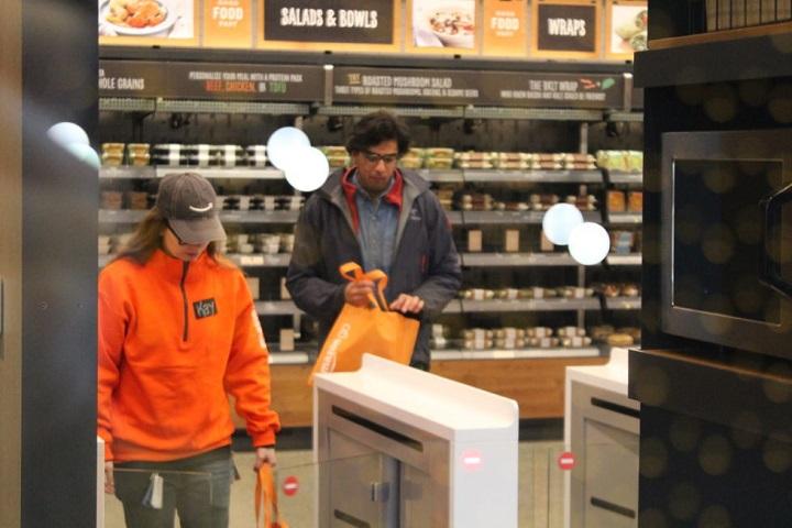 Покупатели с покупками свободно выходят из магазина Amazon Go. Фото Sam Machkovech, Ars Technica
