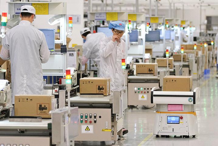 Производство Huawei. Фото с сайта rbc.ru
