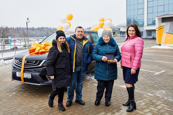 Пенсионерка Валентина Древило из Мозыря (на фото вторая справа) стала второй победительницей игры «Тачка за заначку!»