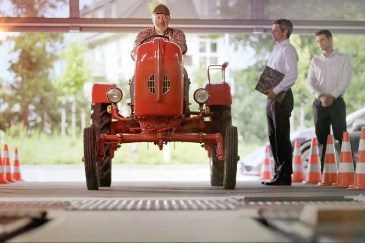На фото: кадр из рекламного ролика Porsche