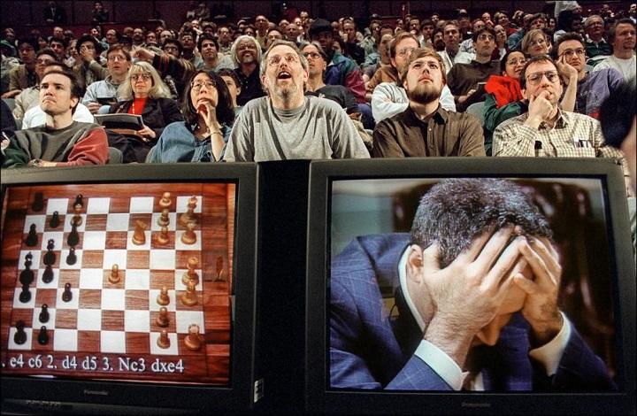 Компьютер Deep Blue побеждает чемпиона мира по шахматам Гарри Каспарова. Фото с сайта supercoolpics.com