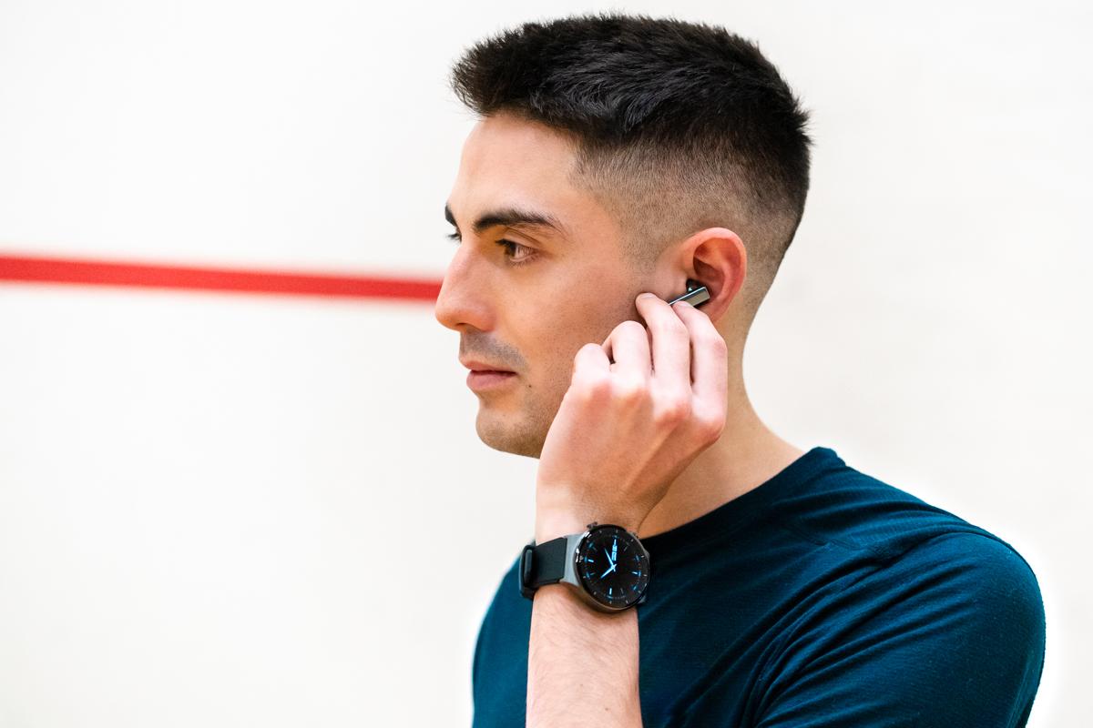 Одно из уникальных преимуществ наушников HUAWEI FreeBuds Pro — интеллектуальное динамическое шумоподавление. Оно позволяет внутреннему и внешнему микрофону улавливать остаточные шумы снаружи и внутри уха, а динамические излучатели генерируют встречные зву