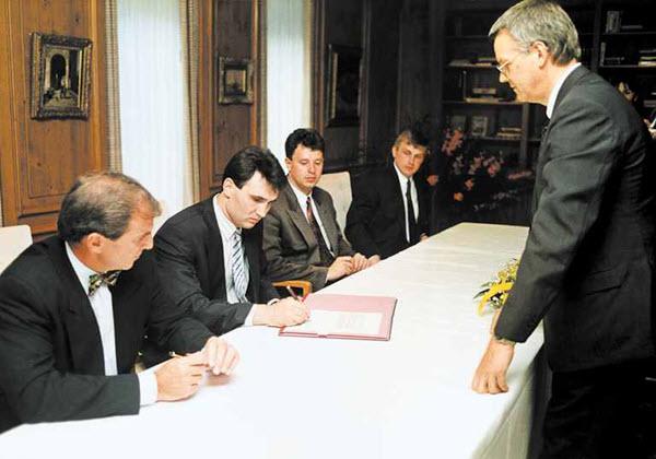 Олег Хусаенов подписывает контракт с Volkswagen. Справа - Сергей Савицкий. Фото с сайта autobild.by
