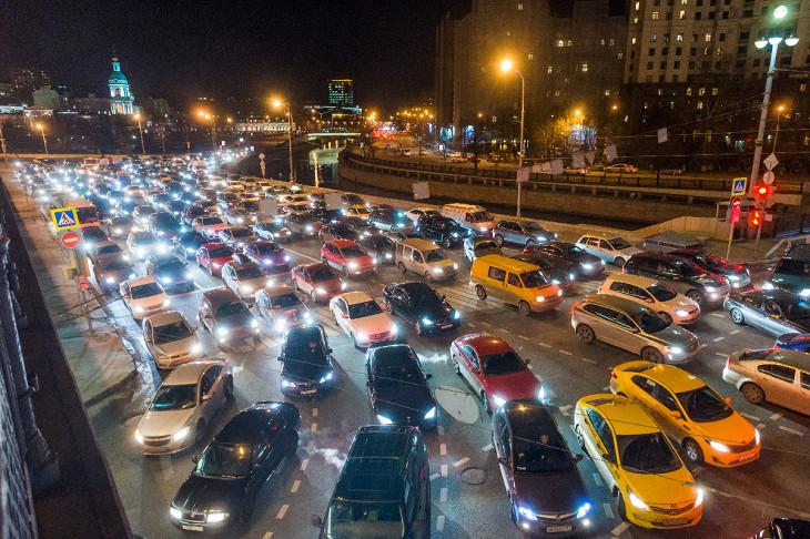 Чем больше людей в городе перемещается на личных автомобилях, тем хуже транспортная ситуация в нем. Фото: Илья Варламов