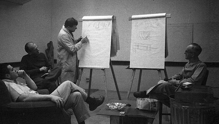 Джордж Принс, Дональд Гиффорд, Уильям Гордон (основатель синектики), Карл Марден в зале заседаний Synectics Main Street, Кембридж, 1958 год. Фото с сайта synecticsworld.com