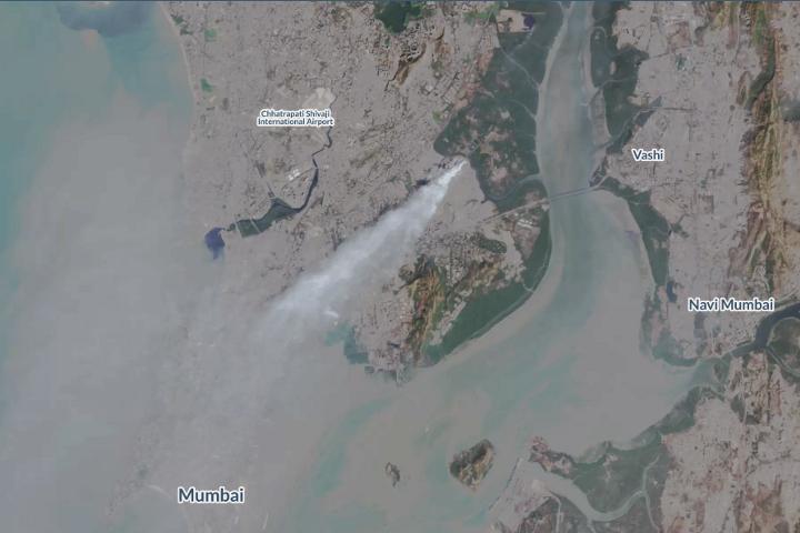 Дым от грящей свалки мусора в Мумбае, Индия. Снимок сделан 28 января 2017 с помощью спутника компании. Фото с сайта medium.com