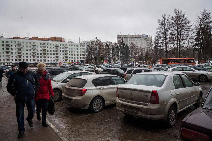 Личные машины занимают слишком много общего места, но перевозят мало людей. Когда машина просто стоит, то пространство выпадает из общественного пользования — с таким же успехом можно хранить зимние шины и другие личные вещи просто во дворе. Фото: Илья Ва
